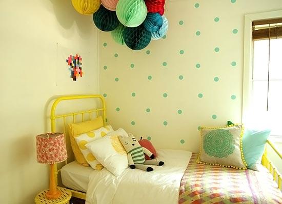 Quarto com paredes decoradas com bolinhas