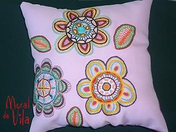 Almofada artesanal bordada à mão