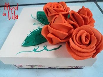 Caixa com detalhe de flores em EVA