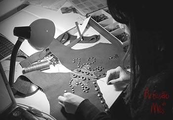 Inês Silva criando suas peças