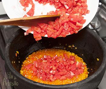 Adicione o tomate e a pimenta