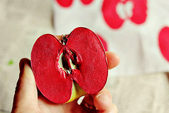 Carimbo com metade de maçã