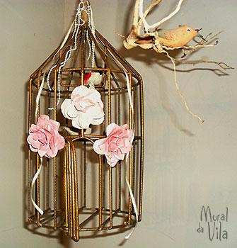 Gaiola decorada com flores de metal