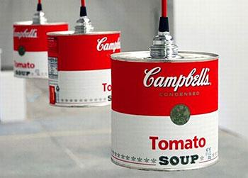 Detalhe da luminária com lata de sopa