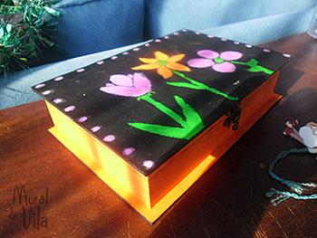 Caixa com pintura de flores