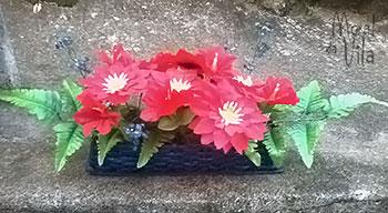 Vaso de cestaria de jornal