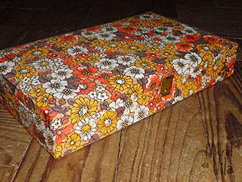 Tecido floral no revestimento da caixa