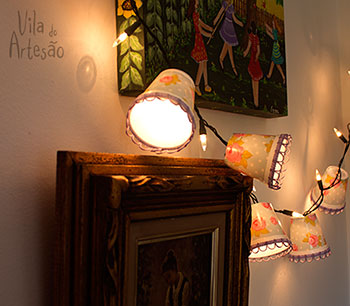 Lanternas de copinhos de café na parede
