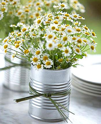 Vaso de lata com margaridas, simplicidade
