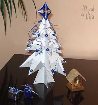 Dobraduras de papel na mini árvore de natal