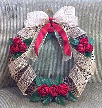 Rosas de tecido na guirlanda de natal