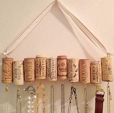Porta bijus feito com rolhas de garrafa