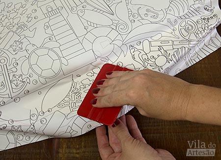 Use a espátula de silicone para remover bolhas