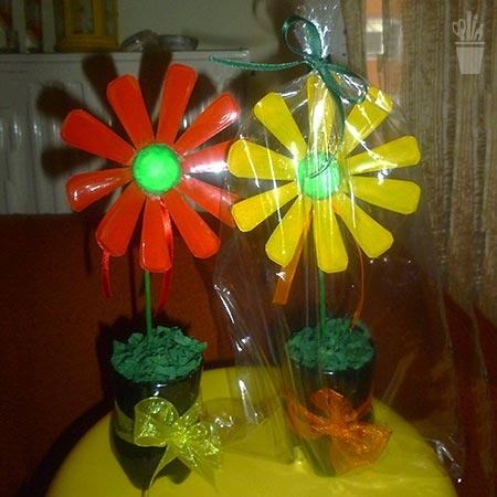 Vaso e flores de plástico