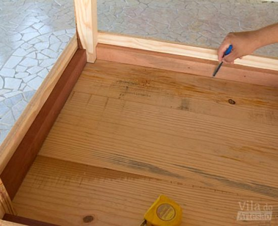 Posicione o tampo da mesa de madeira