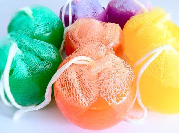Sabonete esfera com bucha e cordão