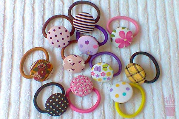 Elásticos para cabelo com botões forrados