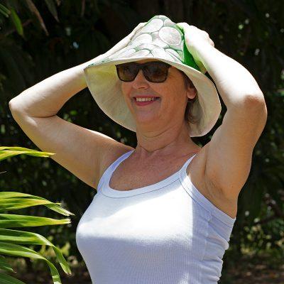 Cris Turek com seu chapéu de praia de tecido