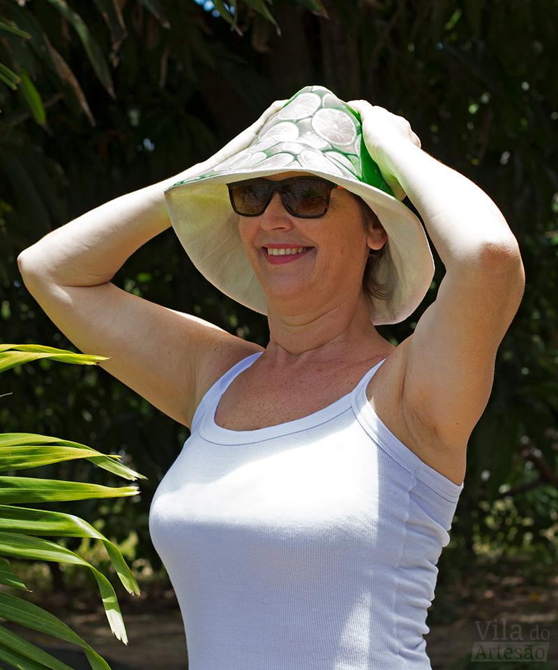 Cris Turek testando seu chapéu de praia em tecido
