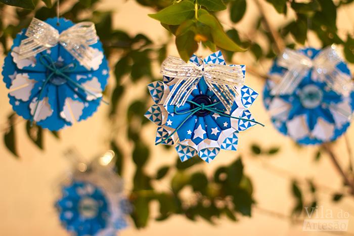 Enfeites de papel para um natal azul e prata