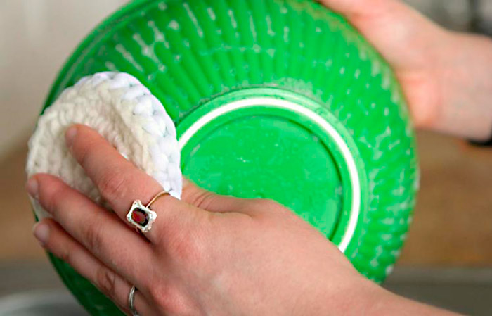 Lavando a louça com um tawashi