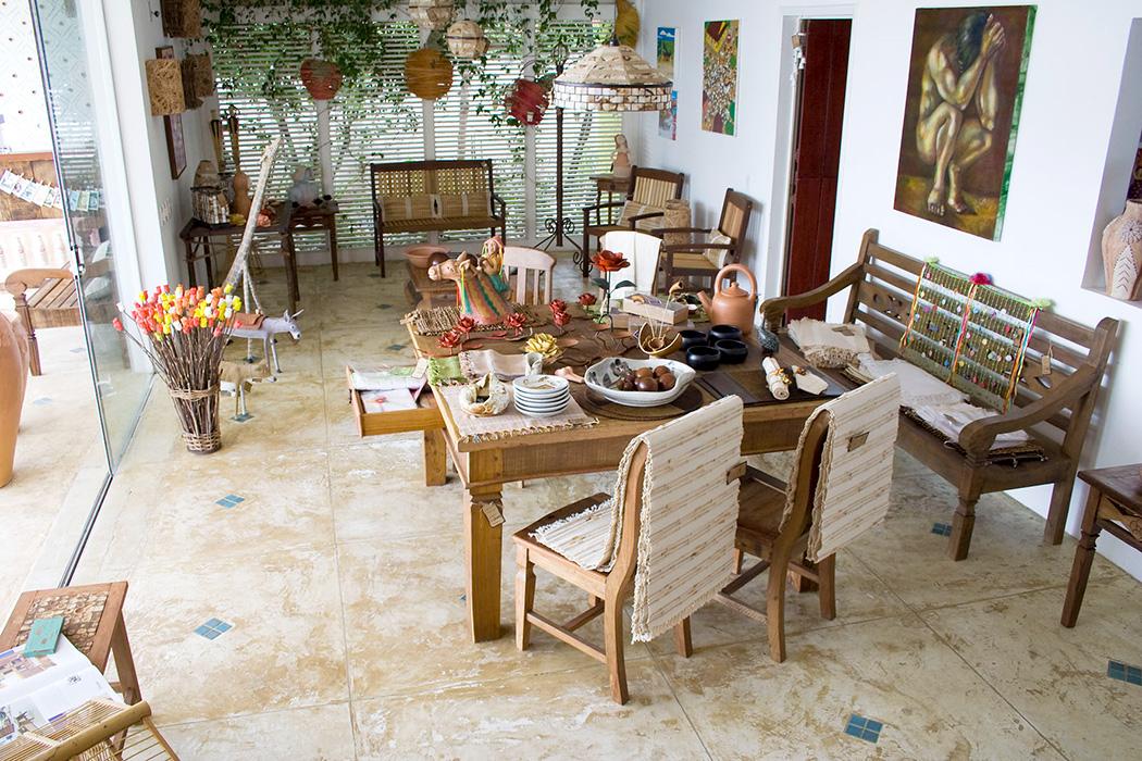 Sala principal com móveis, objetos e arte popular