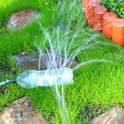Pendure a garrafa pet para brincar com a irrigação
