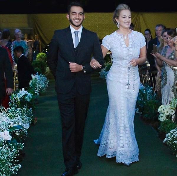 A renda renascença em traje de bodas de prata