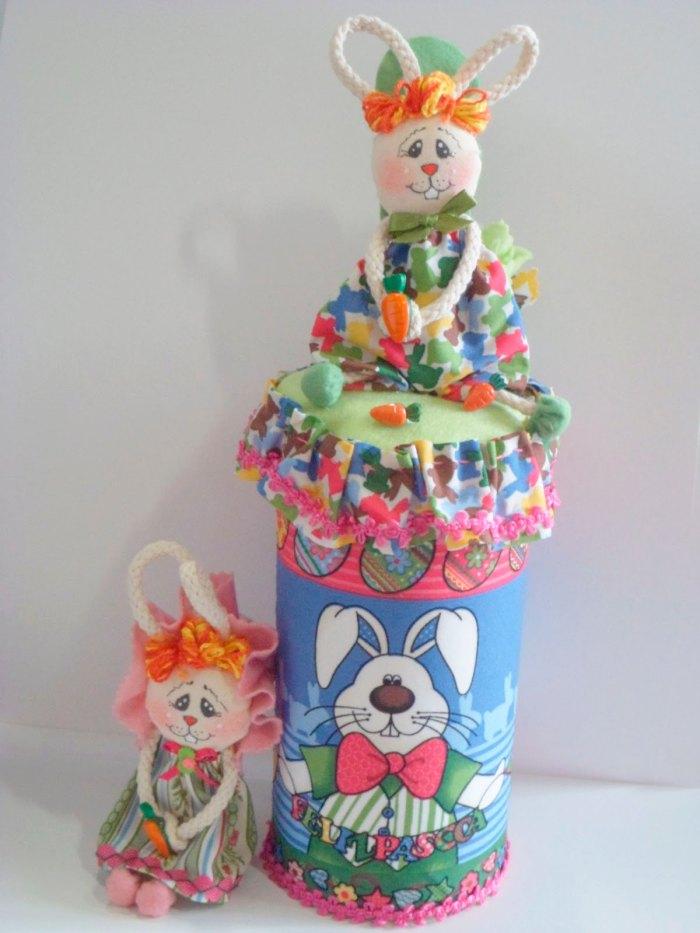 Tecido e mini coelhinhos para decorar a lata de páscoa