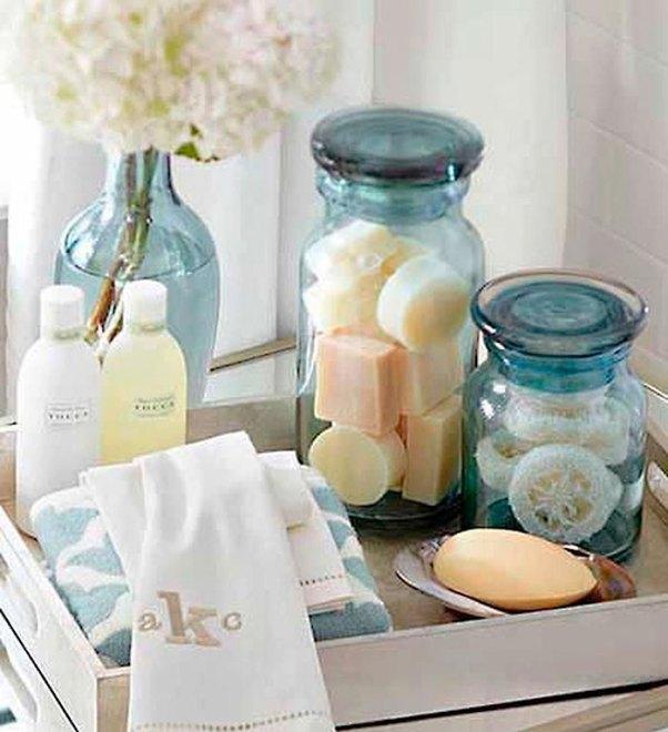 Uma bandeja com itens básicos é perfeita para organizar a bancada do lavabo