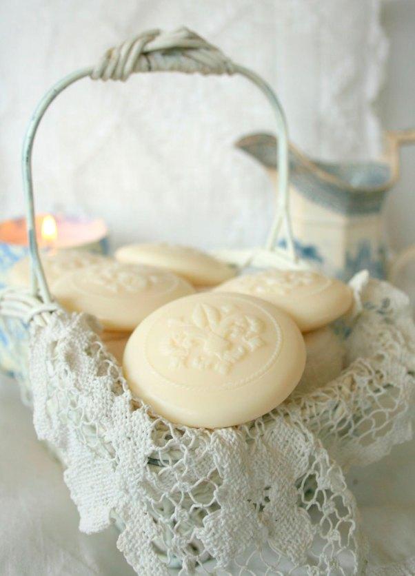 Sabonetinhos charmosos expostos em cestinho estilo provençal com toalha artesanal