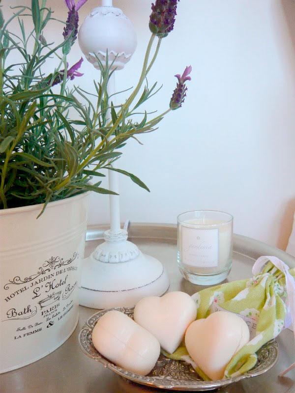 Monte uma bandeja na bancada do lavabo com sabonetes artesanais e outros objetos decorativos