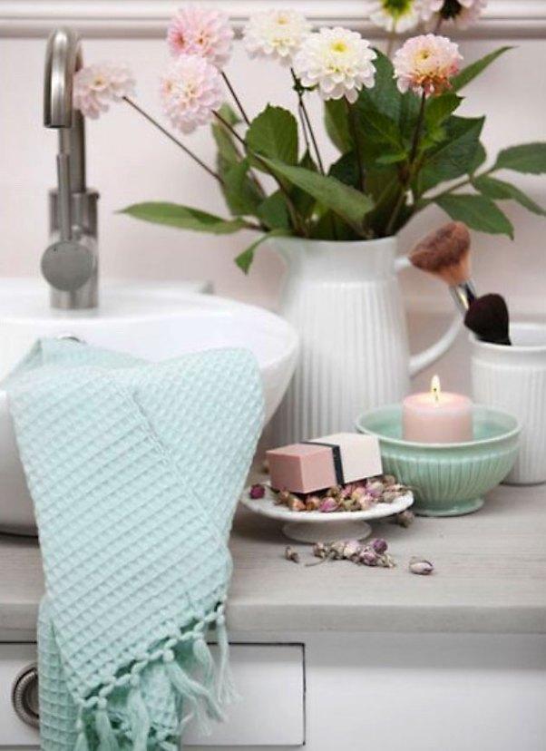 Uma bonita toalha de mão e a composição de cores dão a sensação de ordem à bancada