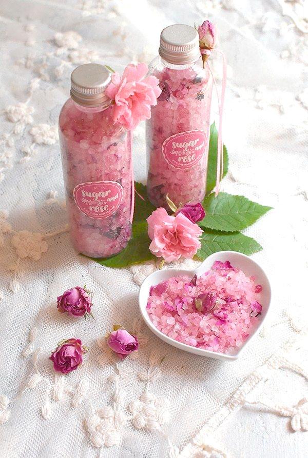 Sais e esfoliantes com aroma de rosas