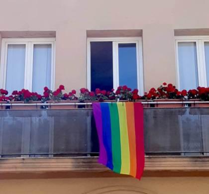 La bandera irisada oneja al balcó de l'Ajuntament de Vilanova del Camí i a Can Muscons