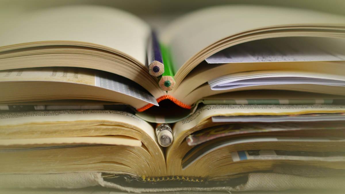 Llibres llapissos estudiants ajuts Pixabay