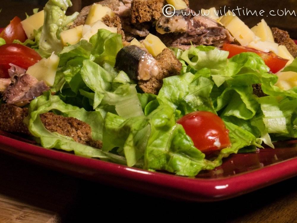 Зелена салата с риба Сайра и чери доматчета