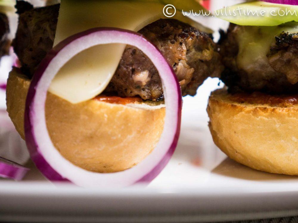 Домашни телешки бургери с моцарела