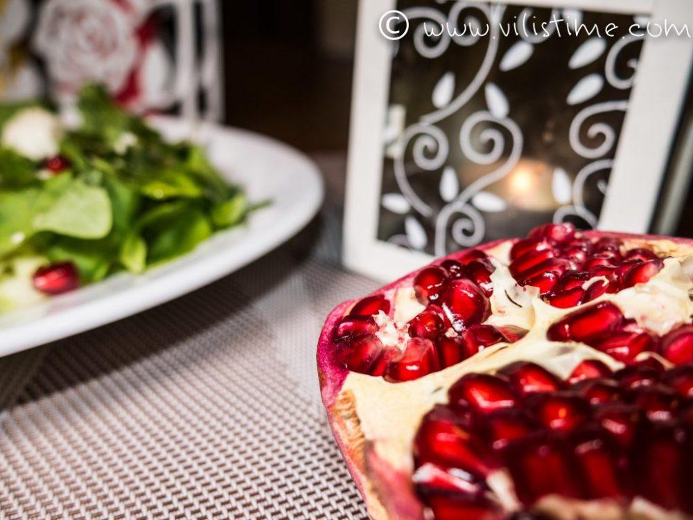 Свежа салата с рукола, нар и бейби моцарела