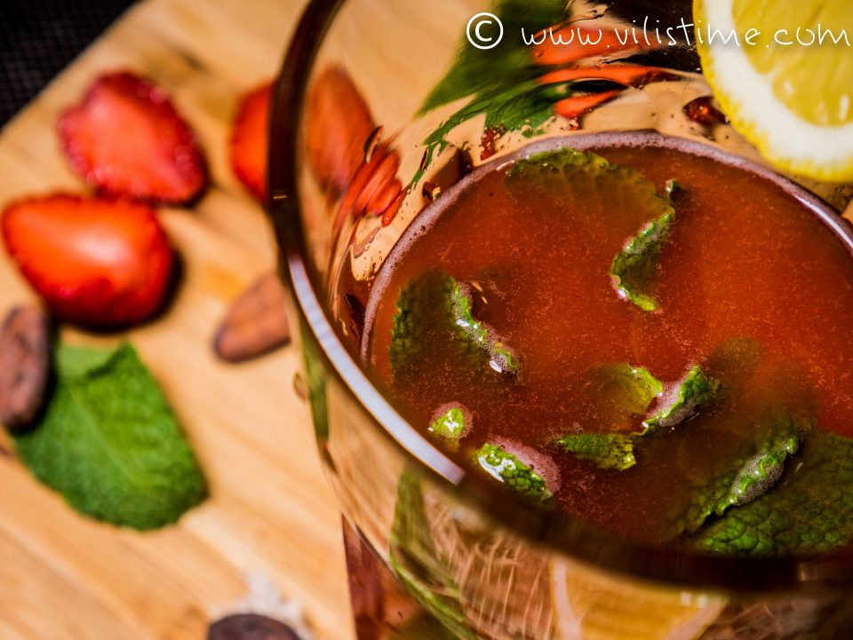 Домашна лимонада с пресни ягоди и кленов сироп