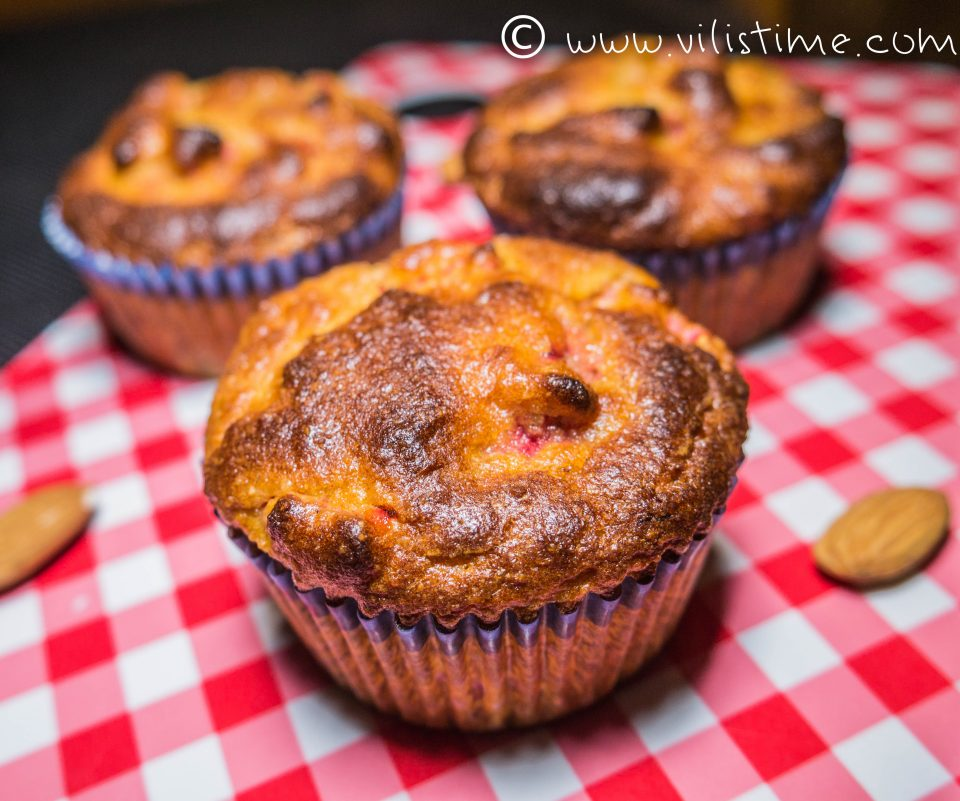 Мъфини с бадемово брашно, ягоди и фурми