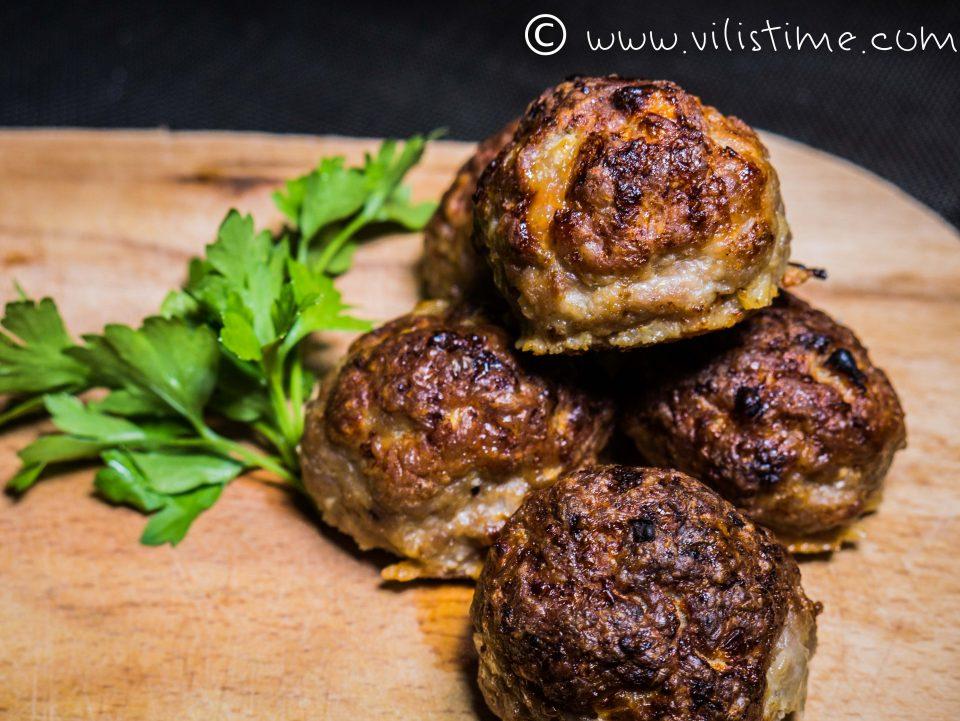 Кюфтета от смляно свинско месо и бейби моцарела