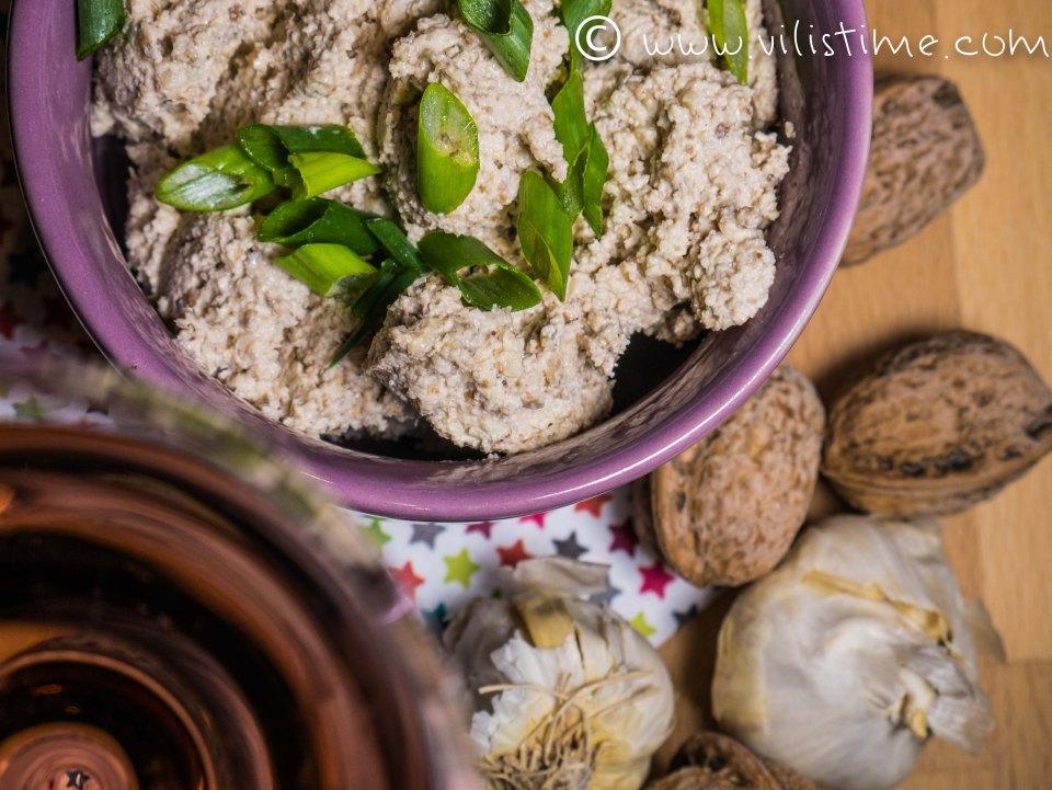Пастет от орехови ядки, чесън и зехтин