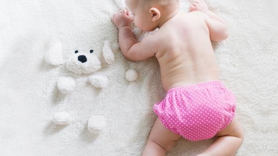 Baby mit Stoffwindeln