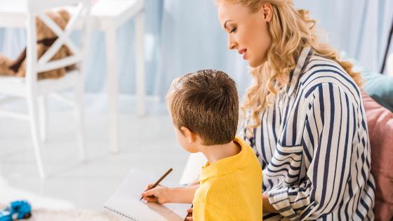 Mama und Kind die Homeschooling machen