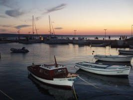 Hafen von Starigrad am Abend