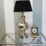niklowana lampa stojąca