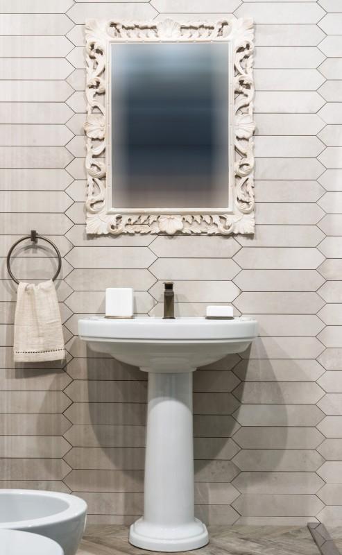 biała łazienka wklasycznym stylu