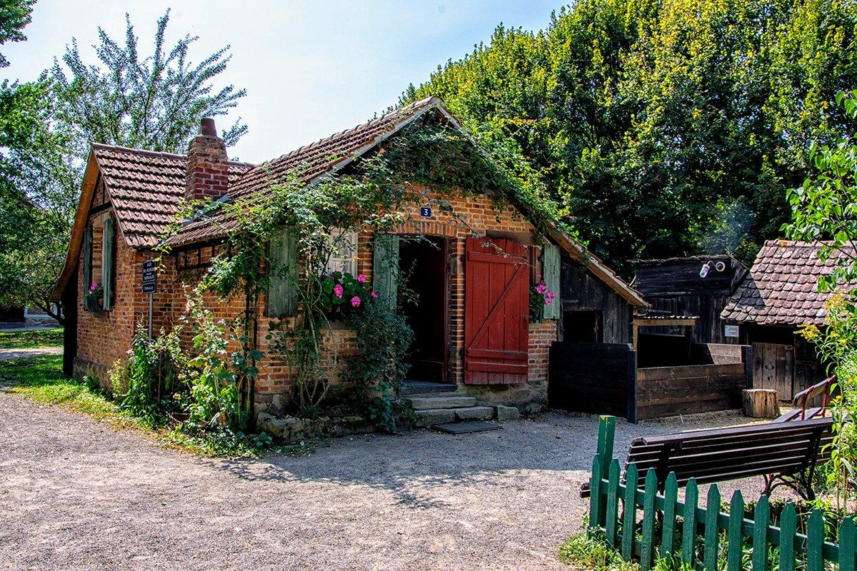 Maison en brique avec porte rouge