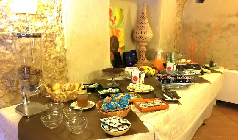 Servizio con colazione italiana e frutta di stagione